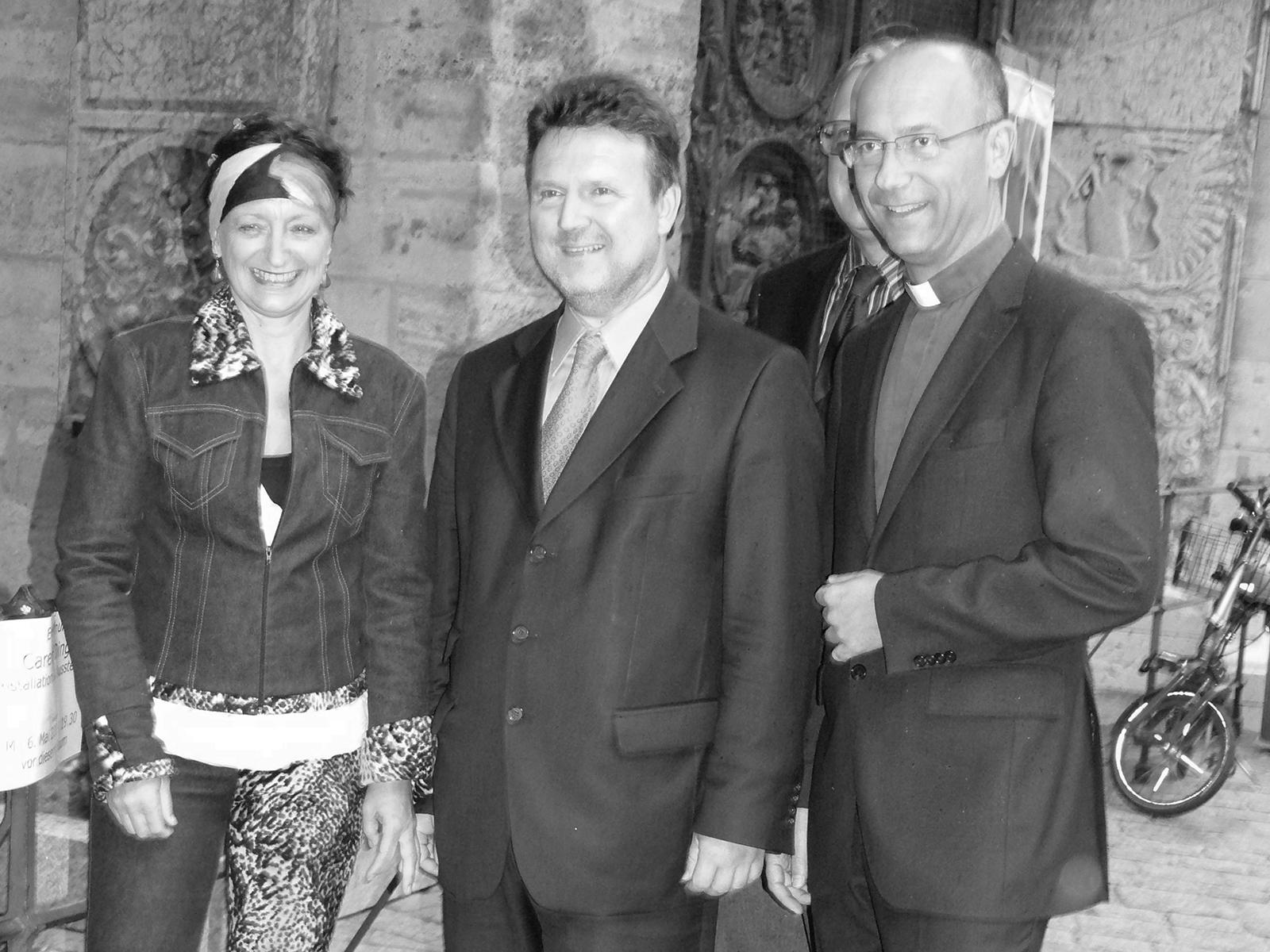 Caren Dinges, Bürgermeister Michael Ludwig und Dompfarrer Toni Faber 2009 in der Ausstellung von C.D.