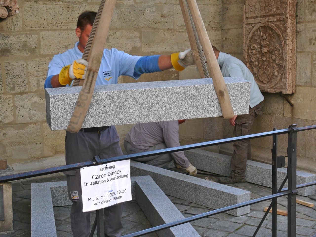 Schwerer Granit für die Grabinstallation der Wiener Friedhöfe