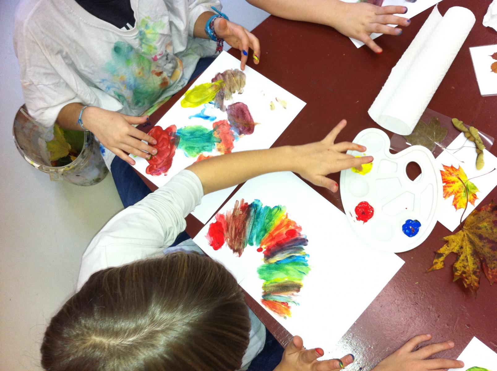 Volksschule-Grundfarben mischen