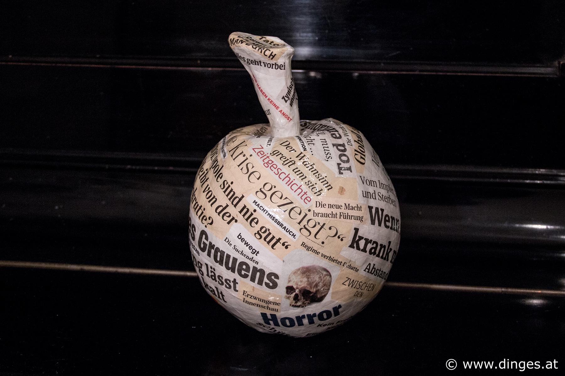 "Caren Dinges aus der Serie ""Covid 19"" ca. 20 x 20 x 20 cm, Keramik, Zeitungsausschnitte"