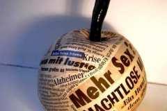 "Caren Dinges ""Die Versuchung"" ca. 20 x 20 x 20 cm, Keramik, Zeitungsausschnitte"